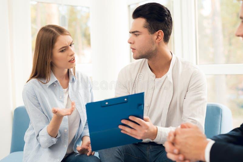 Le type et une fille discutent un accord sur l'achat des immobiliers photo libre de droits
