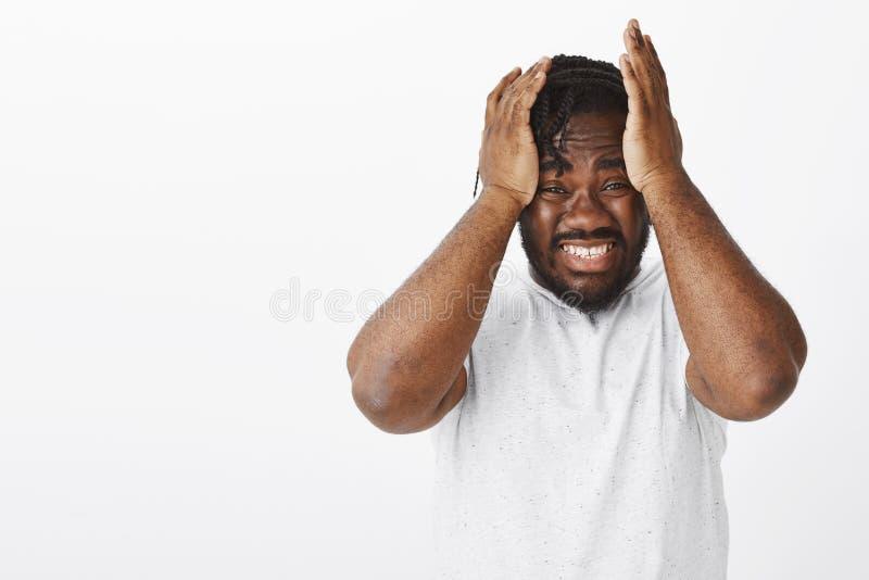Le type a fait l'erreur énorme, se sentant désespérée et devestated Portrait de type dodu d'afro-américain malheureux soucieux av photos libres de droits