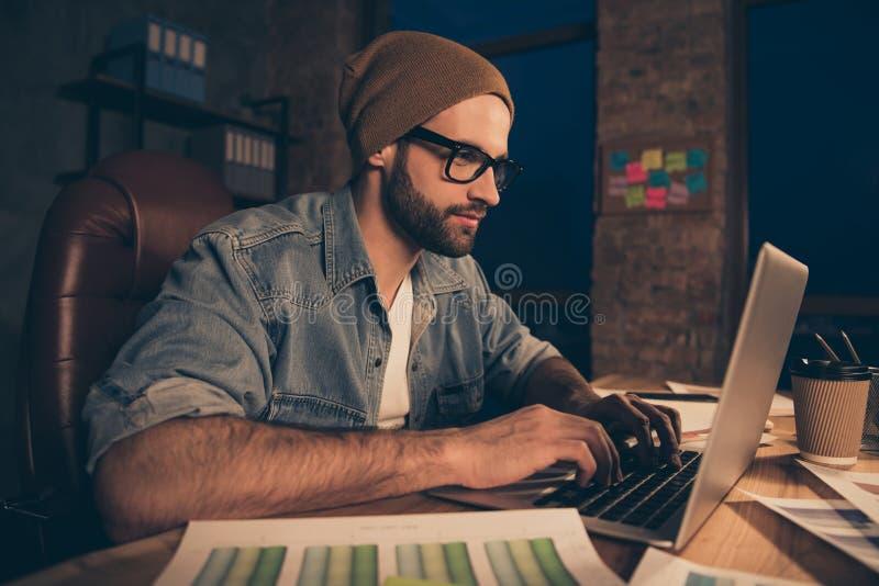 Le type sûr travaillant aux collègues de réponse de temps en retard envoient pour utiliser l'équipement occasionnel pour reposer  images stock