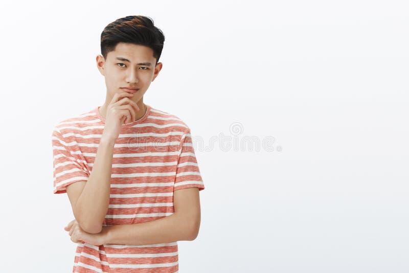 Le type sait de ce que nous avons besoin Portrait jeune d'étudiant masculin asiatique déterminé bel futé et créatif dans t rayé photographie stock libre de droits