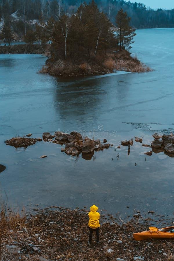 Le type se tient au lac congel? images libres de droits