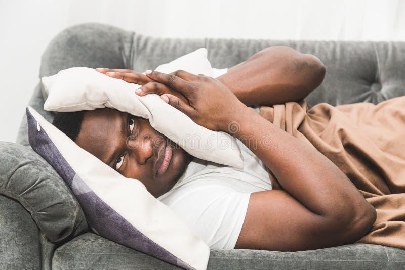 Le type somnolent se réveillant tôt après signal de réveil d'audition et ne veut pas se lever photos stock