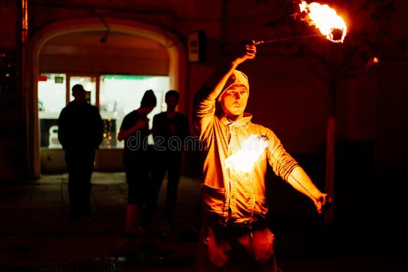 Le type sur la rue exécute avec des torches du feu photos libres de droits