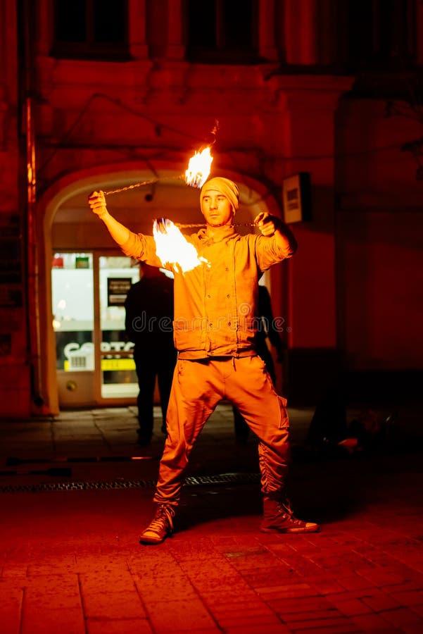 Le type sur la rue exécute avec des torches du feu images libres de droits