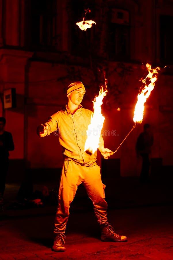 Le type sur la rue exécute avec des torches du feu image libre de droits
