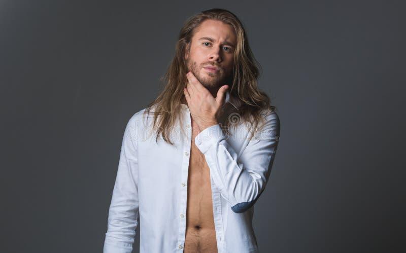 Le type unshaved à la mode desserrent dedans la chemise photographie stock libre de droits