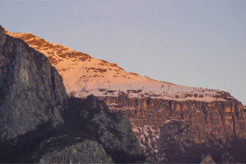 Download Le Ultime Luci Del Tramonto Fotografia Stock - Immagine di illuminato, montagna: 93185594