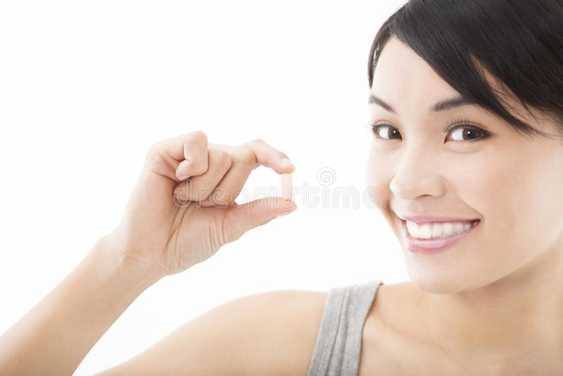Ung kvinna med pillen arkivfoto