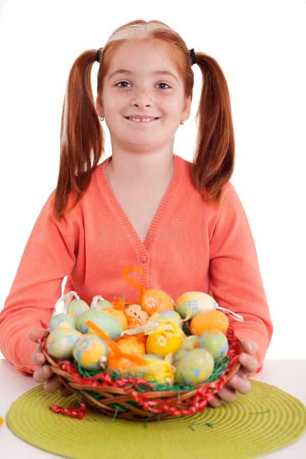 Le unga flickan som rymmer korgen för easter ägg royaltyfria bilder