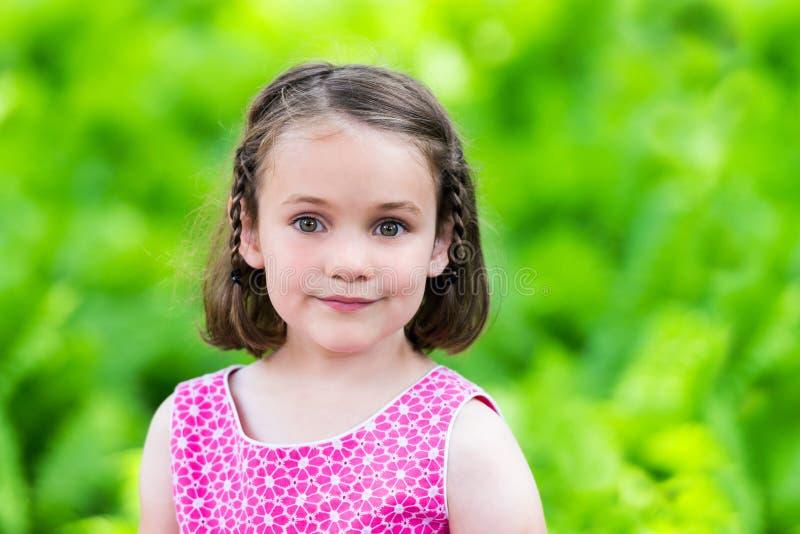 Le unga flickan utanför i en sommarklänning royaltyfri bild
