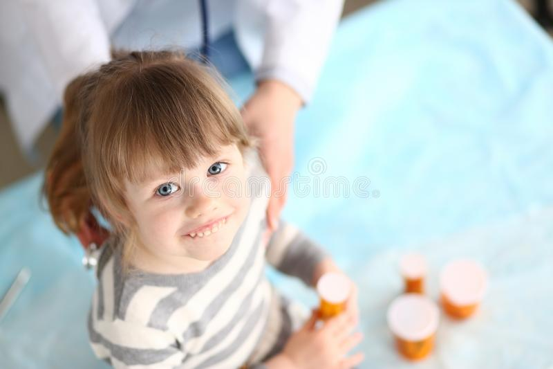 Le ungen i sjukhus arkivfoton