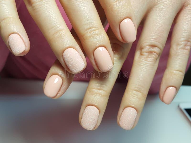 Le unghie sveglie della sabbia gelificano la progettazione della lucidatura fotografia stock