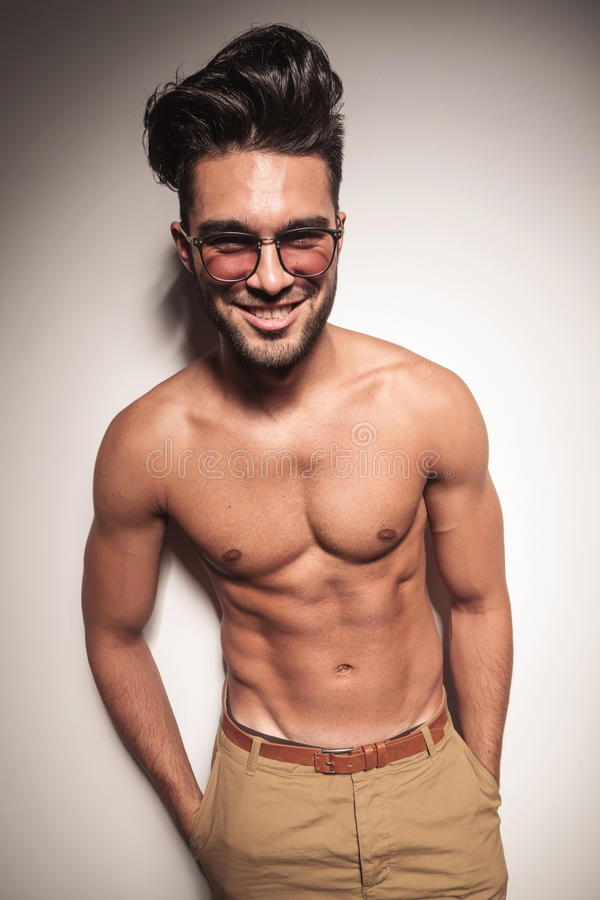 Le ungt tillfälligt posera för man som är shirtless arkivfoton