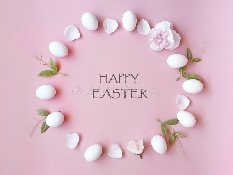 Le uova di Pasqua felici balzano festa con il petalo dei fiori della molla e spazio giallo della copia sullo spazio rosa della co fotografie stock libere da diritti