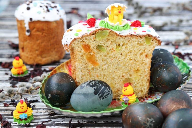Le uova di Pasqua hanno dipinto il tè del karkade, i dolci su un piatto, natura morta di Pasqua immagini stock libere da diritti