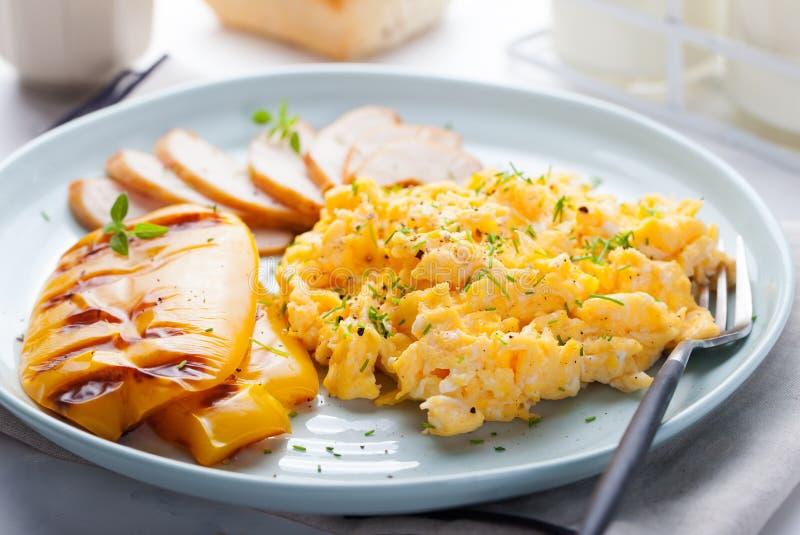 Le uova hanno rimescolato, omelette con il peperone dolce della campana arrostita e pollo smocked caldo, prosciutto in un piatto  fotografia stock