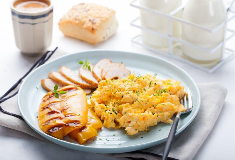 Le uova hanno rimescolato, omelette con il peperone dolce della campana arrostita e pollo smocked caldo, prosciutto in un piatto  immagini stock libere da diritti