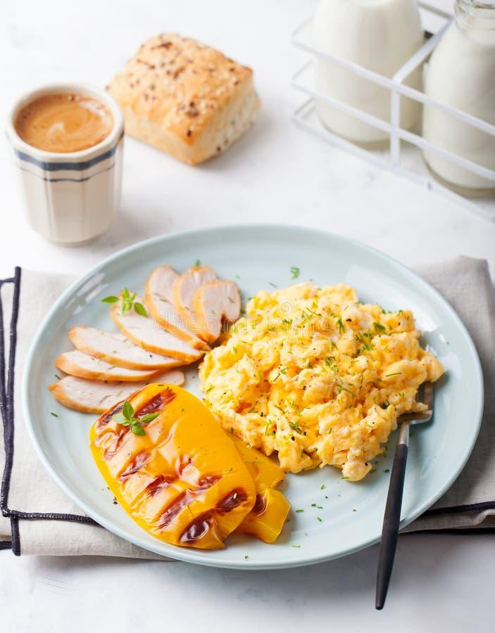 Le uova hanno rimescolato, omelette con peperone dolce arrostito fotografie stock