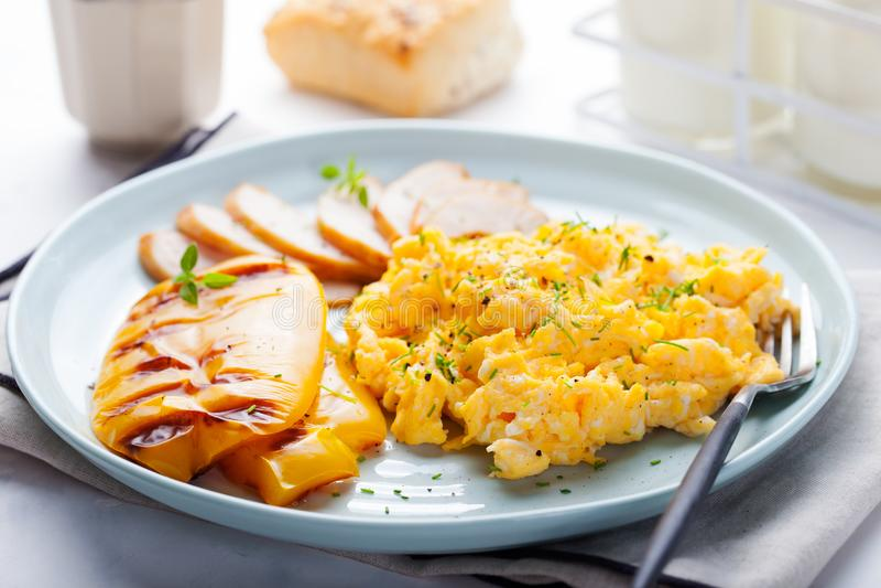 Le uova hanno rimescolato, omelette con peperone dolce arrostito fotografia stock libera da diritti