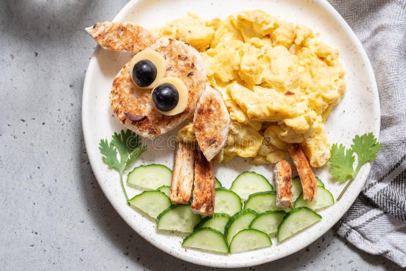 Le uova rimescolate con pane tostato assomigliano ad una pecora per la prima colazione fotografia stock
