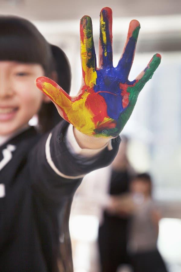 Le upp skolflickafingermålning, slut förestående fotografering för bildbyråer