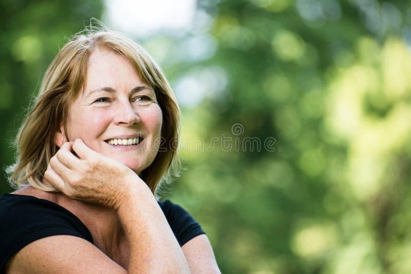 Le utomhus- stående för mogen kvinna arkivbilder