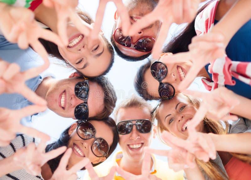 Le vänner i cirkel på sommarstranden royaltyfria foton