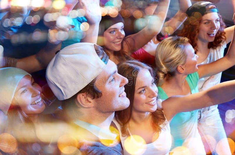 Le vänner på konserten i klubba arkivfoton