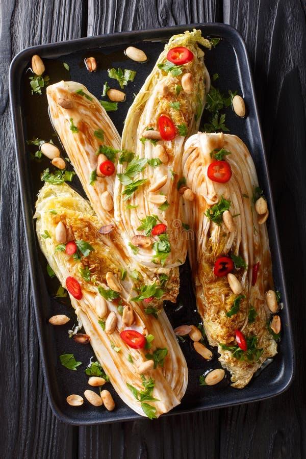 Le végétarien a fait frire le chou de chine avec la sauce de soja et le plan rapproché d'arachides d'un plat Vue sup?rieure verti images libres de droits