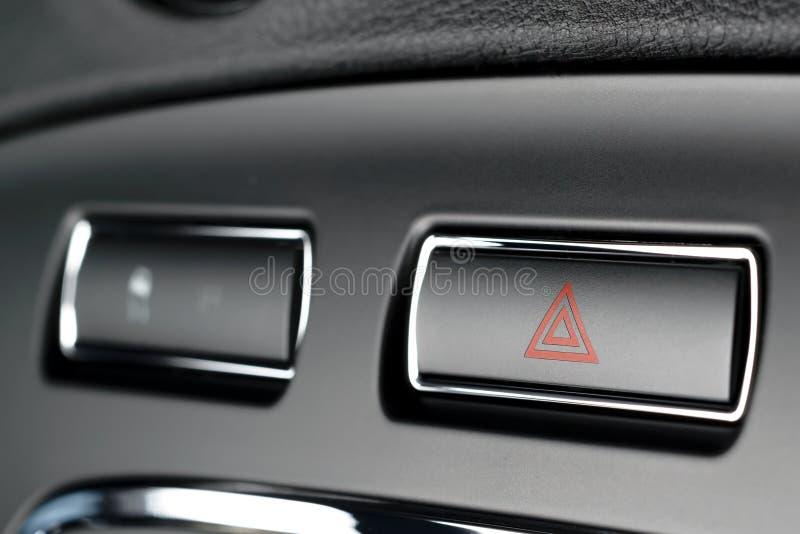 Le véhicule, clignoteurs d'avertissement de risque de voiture se boutonnent avec tri rouge évident images libres de droits