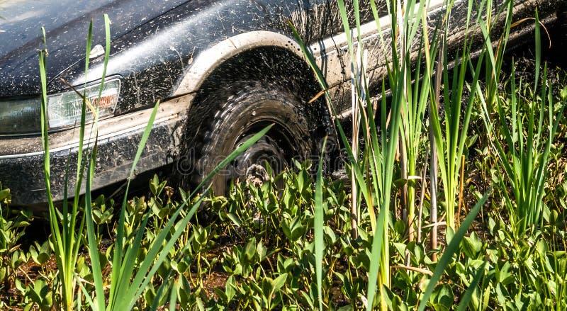 Le véhicule a collé dans la boue images stock