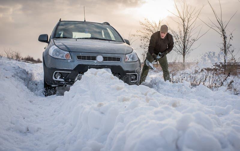 Le véhicule a collé dans la neige photo stock