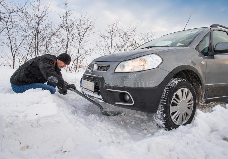 Le véhicule a collé dans la neige image stock
