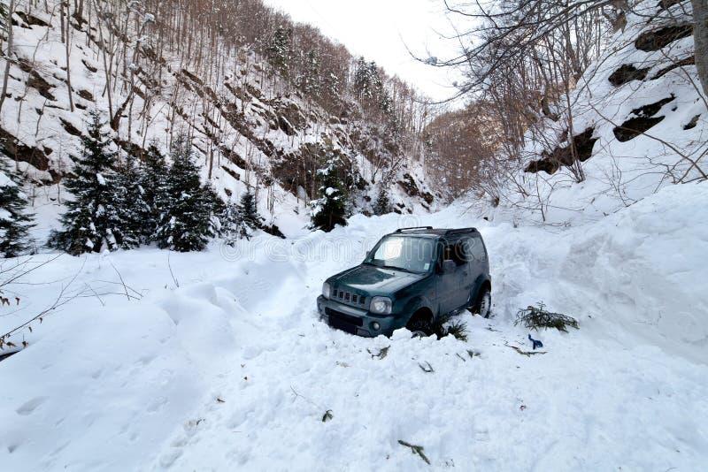 Le véhicule a collé dans une avalanche de neige image libre de droits