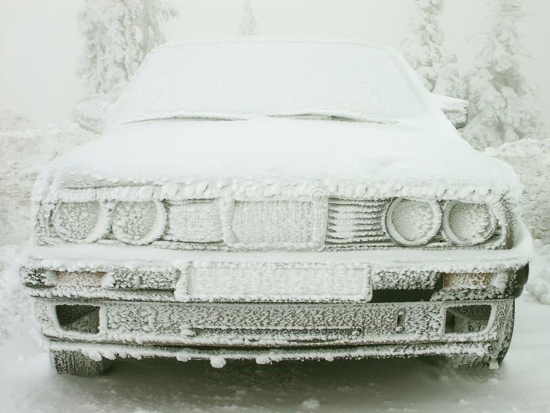 le véhicule a couvert l'hiver de gelée image libre de droits