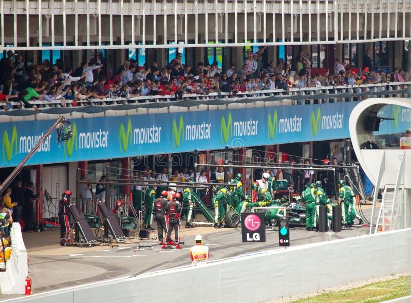 Le véhicule d'emballage dans le garage de blocage pendant le Formula1 images stock