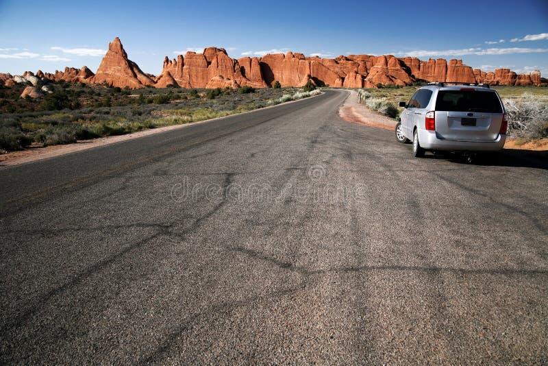 Le véhicule dans le désert, voûtes stationnent, l'Utah photos stock