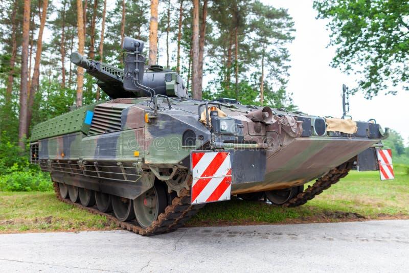 Le véhicule de combat allemand d'infanterie se tient sur une rue photographie stock libre de droits