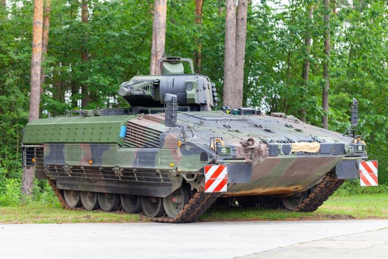 Le véhicule de combat allemand d'infanterie se tient sur une rue images libres de droits