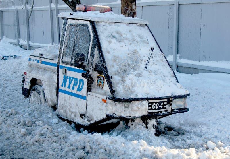 Le véhicule de NYPD sous la neige à Brooklyn, NY après tempête de neige massive Nemo heurte au nord-est photos libres de droits