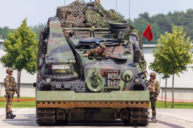 Le véhicule de récupération blindé allemand, Bergepanzer 2 de Bundeswehr tire un réservoir endommagé images stock
