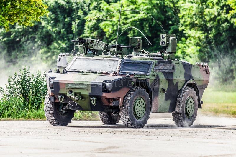 Le véhicule de reconnaissance blindé léger allemand conduit sur une route photo stock