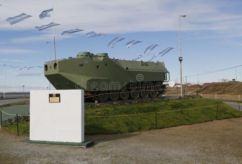 Le véhicule militaire blindé aux soldats tombés de monument des Malouines ou les Malvinas luttent en Rio Grande, Argentine photo stock