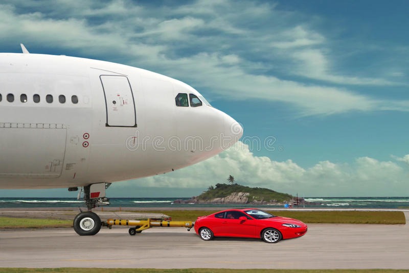 Le véhicule puissant rouge est avion de towng images stock