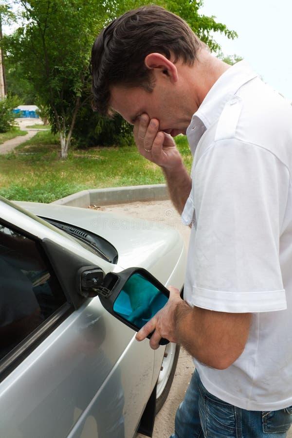 Le véhicule sur lequel le miroir est cassé image libre de droits
