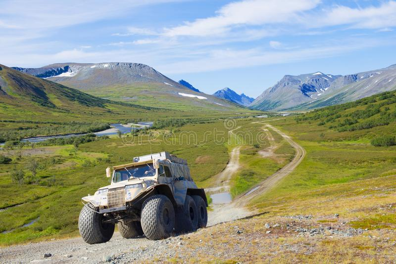 Le véhicule tout-terrain de Trеkol escalade la montagne photo libre de droits