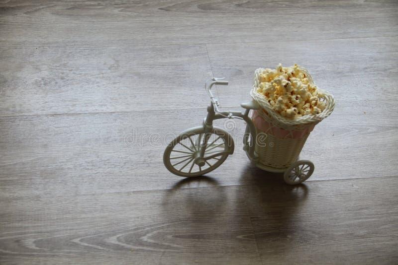 Le vélo décoratif porte le maïs éclaté dans un chariot photographie stock