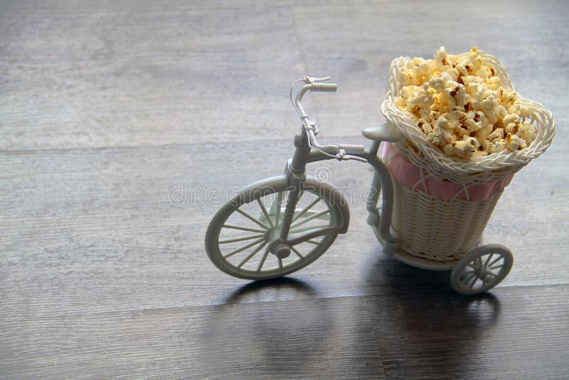 Le vélo décoratif porte le maïs éclaté dans un chariot image libre de droits