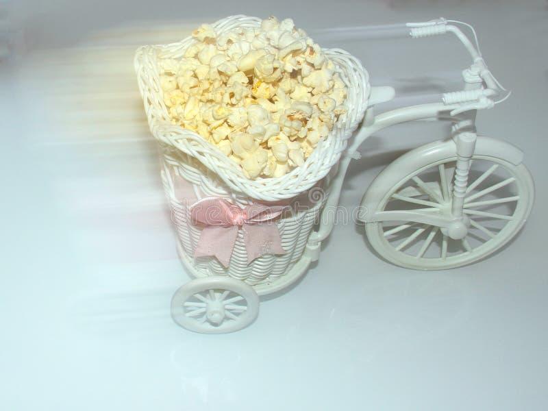 Le vélo décoratif porte le maïs éclaté dans un chariot photo stock