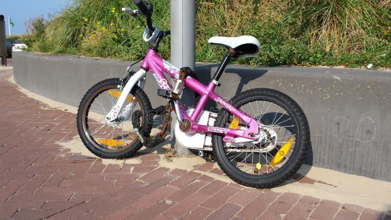 Le vélo des enfants enchaîné photographie stock libre de droits